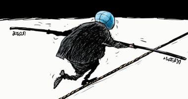 السعودية نيوز                                                الأرض تعانى من أجل الحفاظ على الصحة والاقتصاد فى ظل أزمة كورونا فى كاريكاتير سعودى