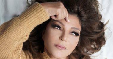 """الديفا سميرة سعيد بـ""""بلوفر ذهبى"""" فى فوتوسيشن جديد من تصوير """"بحب معاك"""""""