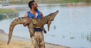السعودية نيوز |                                              محمد رمضان يحمل تمساحًا في كواليس مسلسل موسى × 3 صور