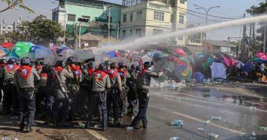 محتجون فى ميانمار يغادرون أحد أحياء يانجون بعد فترة من حصار قوات الأمن