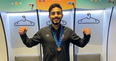 السعودية نيوز |                                              نجل أيمن أشرف يحتفل بالميدالية البرونزية بقميص والده.. صور