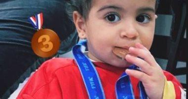 السعودية نيوز |                                              ابنة أيمن أشرف تحتفل بالميدالية البرونزية بقميص والدها.. صور