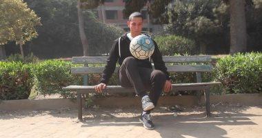 """رونالدينيو الغلابة .. """"أبو صلاح"""" يمزج كرة القدم بالأكروبات فى شوارع مصر"""