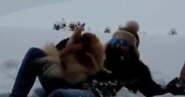 """اليسا تستمتع بين الثلوج بصحبة كلبها تحت شعار """"يا دنيا جنان بجنان"""".. صور"""