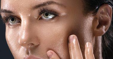 العناية للبشرة الدهنية.. 7 خطوات للتحكم بلمعان بشرتك أهمها تقليل المكياج