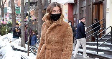 """هايلى بالديون """"قمة الأناقة"""" بين الثلوج في نيويورك بتوقيع Bottega Veneta"""