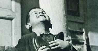 """100 صورة عالمية.. """"الطفل والحذاء"""" الفرحة فى عيون طفل يتيم"""