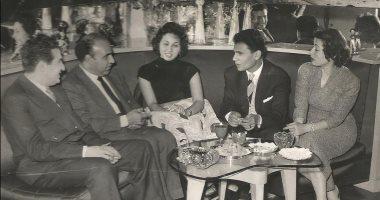 شاهد إحسان عبد القدوس يحتفل مع حليم ولبنى وزهرة العلا بنجاح فيلم الوسادة الخالية