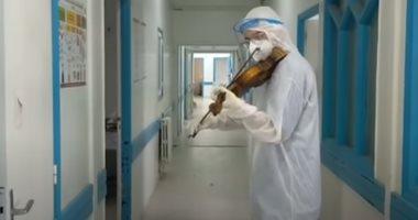 طبيب تونسى يعزف على الكمان لرفع معنويات مرضى كورونا.. فيديو وصور