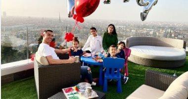 السعودية نيوز |                                              رونالدو مع جورجينا رودريجيز وابنائه في صورة عائلية جديدة: لحظات ثمينة
