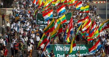 صور.. اشتباكات بين معارضى انقلاب ميانمار ومؤيديه