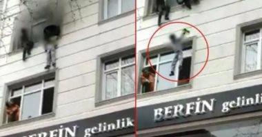 أم تلقى بأبنائها الأربعة من الطابق الثالث لإنقاذهم من حريق بإسطنبول.. فيديو
