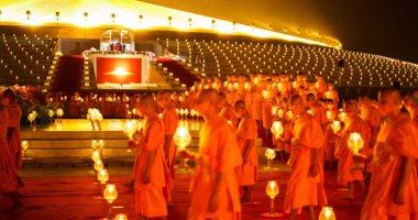 """التيلانديون يحتفلون بيوم """"ماخا بوشا"""" والشموع تُزين العاصمة بانكوك"""