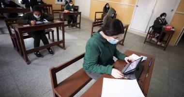 586 ألف طالب بالصف الثانى الثانوى أدوا اختبار الفيزياء والتاريخ إلكترونيا