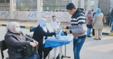 توزيع كمامات على طلاب أولى ثانوى قبل دخول اللجان لأداء امتحان التيرم.. صور