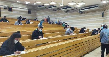 بدء امتحانات الفصل الأول بجامعة عين شمس ومنع الدخول بدون كمامة.. صور