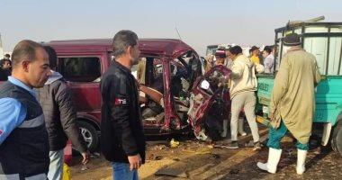 إصابة 10 مواطنين فى تصادم سيارتين بطريق السويس.. صور