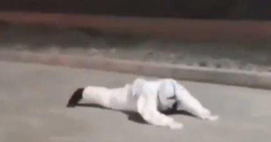شرطى صينى يقاوم عاصفة قوية لأداء واجبه.. فيديو وصور