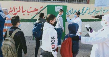 طلاب الصف الاول الاعدادى يؤدون الامتحان المجمع وسط إجراءات وقائية.. صور