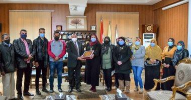 العاملون بكلية السياحة يشكرون رئيس جامعة بنى سويف لتحسين أوضاعهم المالية