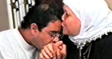 مدحت صالح يستعين بصورة أثناء تقبيل يد والدته للكشف عن مفاجأة فى عيد الأم