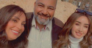 السعودية نيوز |                                              نرمين الفقى مع هنا الزاهد وبيومي فؤاد فى صورة جديدة من كواليس مسلسل النمر