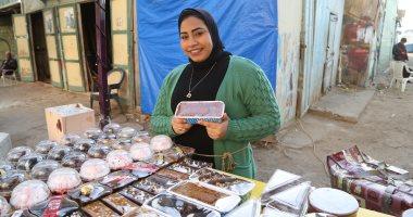 أنا اللى ببيع الحلو.. زينب وخطيبها يبنيان المستقبل بحلويات من صناعة أيديهما.. فيديو