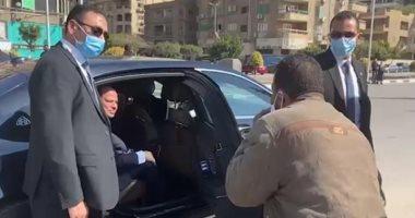 الرئيس السيسى يتوقف بسيارته ويوجه بعلاج بائع فاكهة على نفقة الدولة ويستجيب لمطالب 2 آخرين
