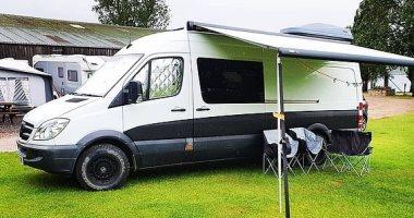 بريطانى يحول حافلة إلى فندق متنقل لتوفير نفقاته أثناء رحلات التخييم.. صور