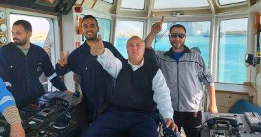 """طاقم القاطرة """"مساعد 3"""" يشاركون بصور نجاح تعويم السفينة الجانحة"""