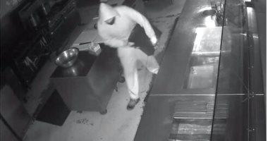 """رد الإساءة بالإحسان.. صاحب مطعم يعرض وظيفة على سارقه: """"دعنى أساعدك """""""