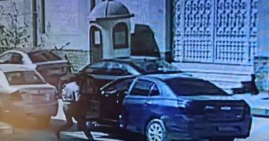 لحظة سرقة حقيبة معلمة من أمام مجمع مدارس بزهراء المعادى.. فيديو