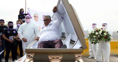 مرشح للانتخابات البرلمانية فى المكسيك يطلق حملته من داخل نعش