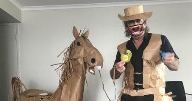 أسترالي يستغل الحجر الصحى ويصنع حصانًا ورقيًا من أكياس الغداء .. ألبوم صور