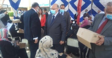 محافظ القاهرة يوزع سلعا غذائية على أسر بالدرب الأحمر وروضة السيدة