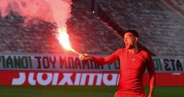 """كوكا يحتفل بالشماريخ بعد تتويجه بلقب الدوري اليونانى مع أولمبياكوس """"صور"""""""