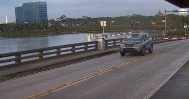 سائق يحطم حاجز مرورى ويقفز بسيارته فوق جسر متحرك لحظة فتحه فى فلوريدا.. فيديو