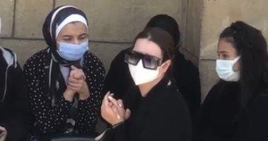 انهيار هنادى مهنا فى جنازة والدة زوجها أحمد خالد صالح.. صور وفيديو