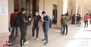 كنترولات الثانوية تراجع استمارات الطلاب المتقدمين للامتحانات بعد الاستلام