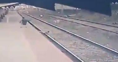 عامل بالسكة الحديد فى الهند ينقذ طفلا من الموت فى اللحظة الأخيرة.. فيديو