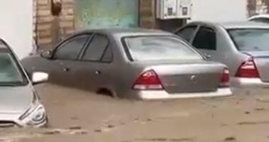 السعودية نيوز |                                              السيول تجرف السيارات والأشخاص فى مكة المكرمة.. فيديو