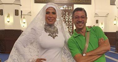 """أنا اللى لبستها الحجاب.. منى زكى مع مصمم فستان زفافها بـ""""لعبة نيوتن"""""""