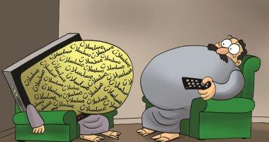 كاريكاتير إماراتى يسلط الضوء على كسل المواطنين عقب الإفطار وحرصهم على متابعة المسلسلات