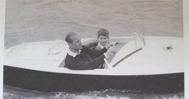 نوستالجيا ملكية.. الأمير تشارلز يستعيد ذكريات طفولته بصورة مع والده الراحل