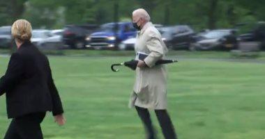 جو بايدن يستعرض لياقته ويركض لركوب الطائرة الهليكوبتر.. فيديو وصور