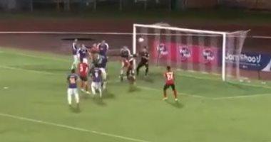 لاعب قصير القامة يسجل هدفا باليد على طريقة مارادونا بكأس العالم.. فيديو
