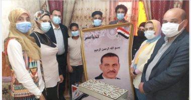 تقديم هدايا الرئيس عبدالفتاح السيسي لأسر شهداء الأطقم الطبية