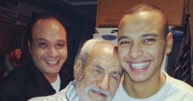 أحمد خالد صالح يستعيد ذكرياته بصور نادرة مع والديه الراحلين: نبض قلبي