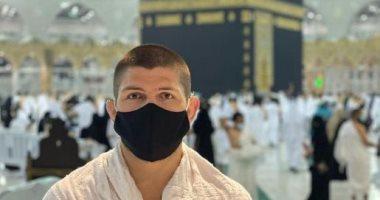 حبيب نورمحمدوف يهنئ العالم الإسلامي بعيد الفطر بصورة من أمام الكعبة