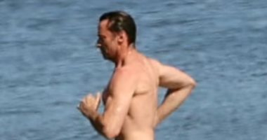 هيو جاكمان أثناء ممارسة تمرينات رياضية مكثفة فى البحر حفاظًا على لياقته البدنية
